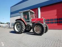 zemědělský traktor starý tahač Massey Ferguson