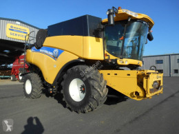 New Holland Arató-cséplő kombájn CR8070