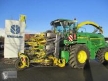 Silážní kombajn tažený traktorem John Deere 7550