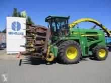 Silážní kombajn tažený traktorem John Deere 7400
