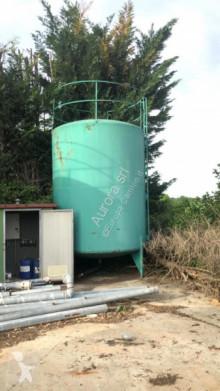 Citerne, cuve, tonne à eau CISTERNA D'ACQUA USATA IN FERRO CON PIEDI