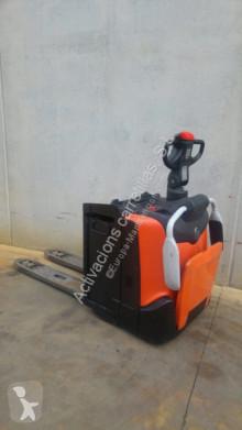 empilhador porta paletes com conductor de pé usado