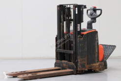 Stacker com conductor de pé BT SWE200D