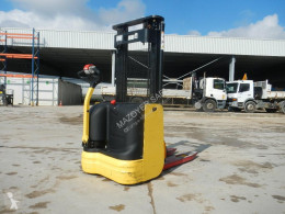Gerbeur accompagnant Hyster S10