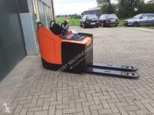 Apilador BT lpe 220 mee rij palletwagen elektrische de conductor a pie usado