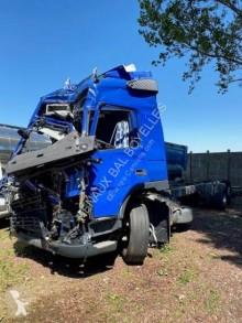 Vrachtwagen Volvo FM9 geaccidenteerde met huifzeil