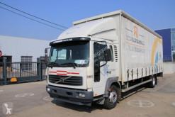 Volvo ponyvával felszerelt plató teherautó FL 220