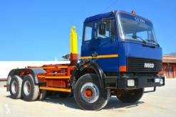 Camión Gancho portacontenedor Iveco 330 30 SCARRABILE MEZZO D'OPERA