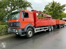 Vrachtwagen met aanhanger platte bak boorden Mercedes SK SK2538 L Baustoff mit ATLAS KRAN LKW+Anhänger/€4