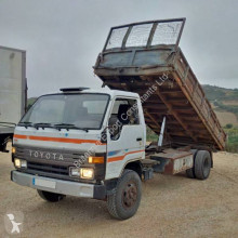 Camión Toyota Dyna 300 volquete volquete trilateral usado