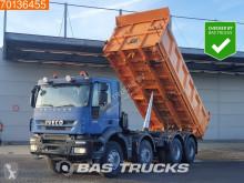 Vrachtwagen Iveco Trakker tweedehands driezijdige kipper
