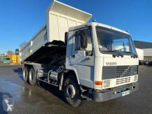 Camión Volvo FL10 320 volquete bilateral usado