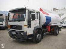 Camión Volvo FL6 250 cisterna hidrocarburos usado
