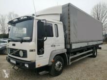 Volvo ponyvával felszerelt plató teherautó FL220