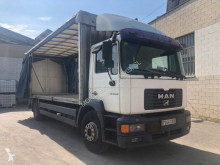 MAN függönyponyvaroló teherautó F2000