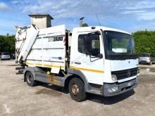 Maquinaria vial Mercedes Atego 815 CON COMPATTATORE PER RIFIUTI SOLIDI BALE camión volquete para residuos domésticos usado