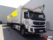 Vrachtwagen met aanhanger bakwagen Volvo