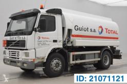 Kamión cisterna chemické výrobky Volvo FM7