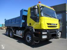 Iveco hátra és egy oldalra billenő kocsi teherautó Trakker