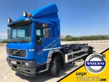 Camión Gancho portacontenedor Volvo FL 220