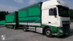 Lastbil med släp flexibla skjutbara sidoväggar flak häckar med presenning DAF XF460