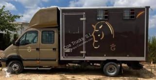 Veículo utilitário transporte de cavalos Renault